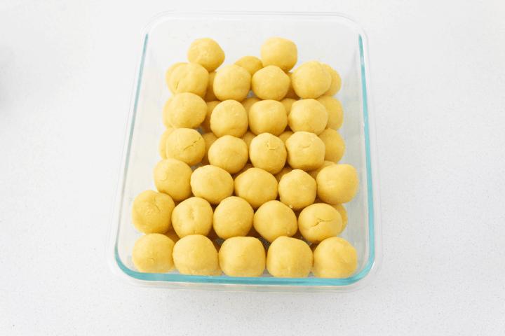 Boules de haricots mungo dans un plat.