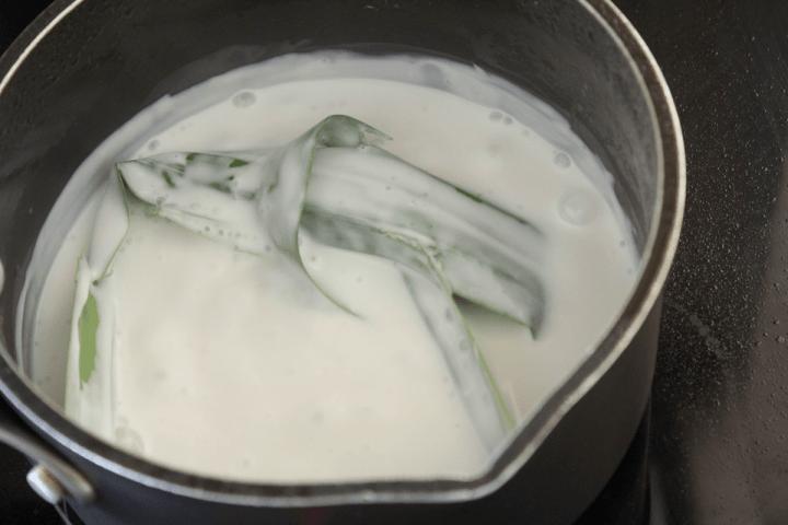 Une feuille de pandan nouée dans un pot de crème de coco.