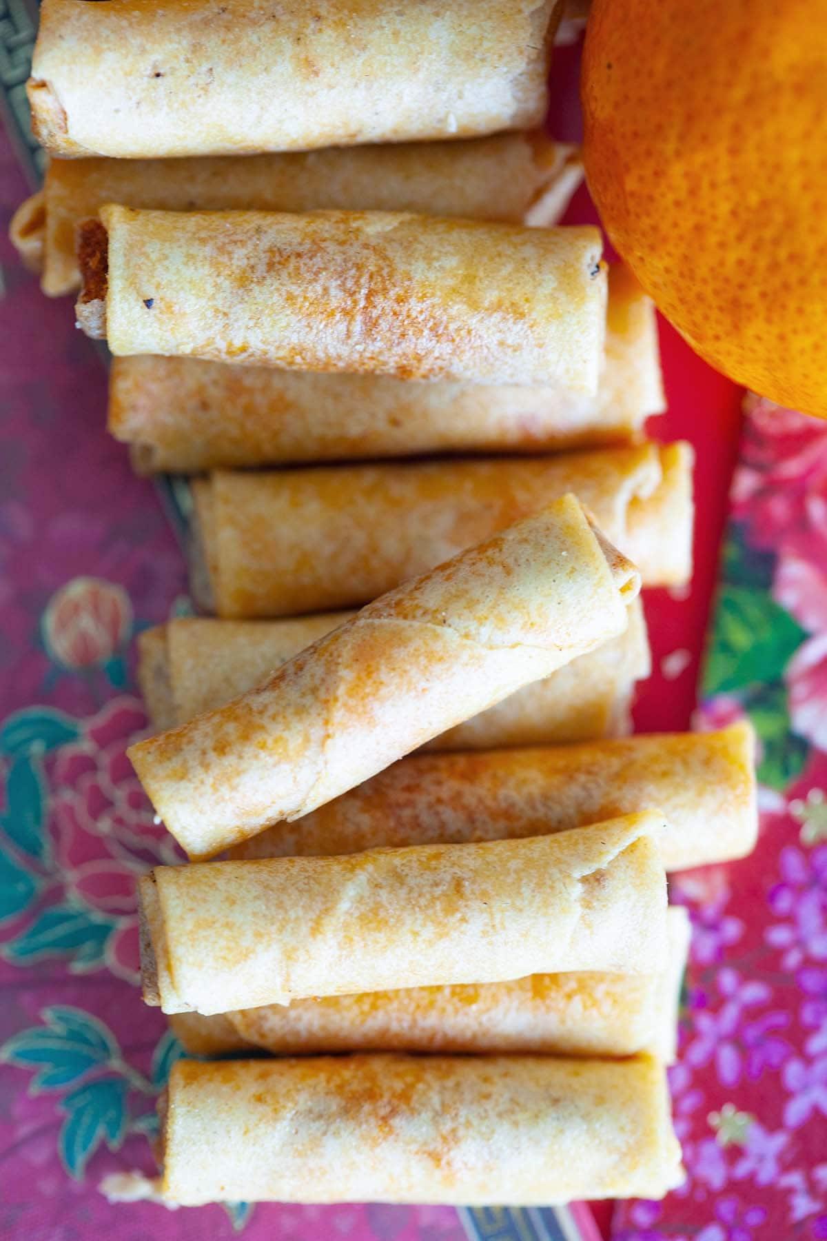 Mini rouleaux de printemps frits chinois faciles remplis de fil de poulet.