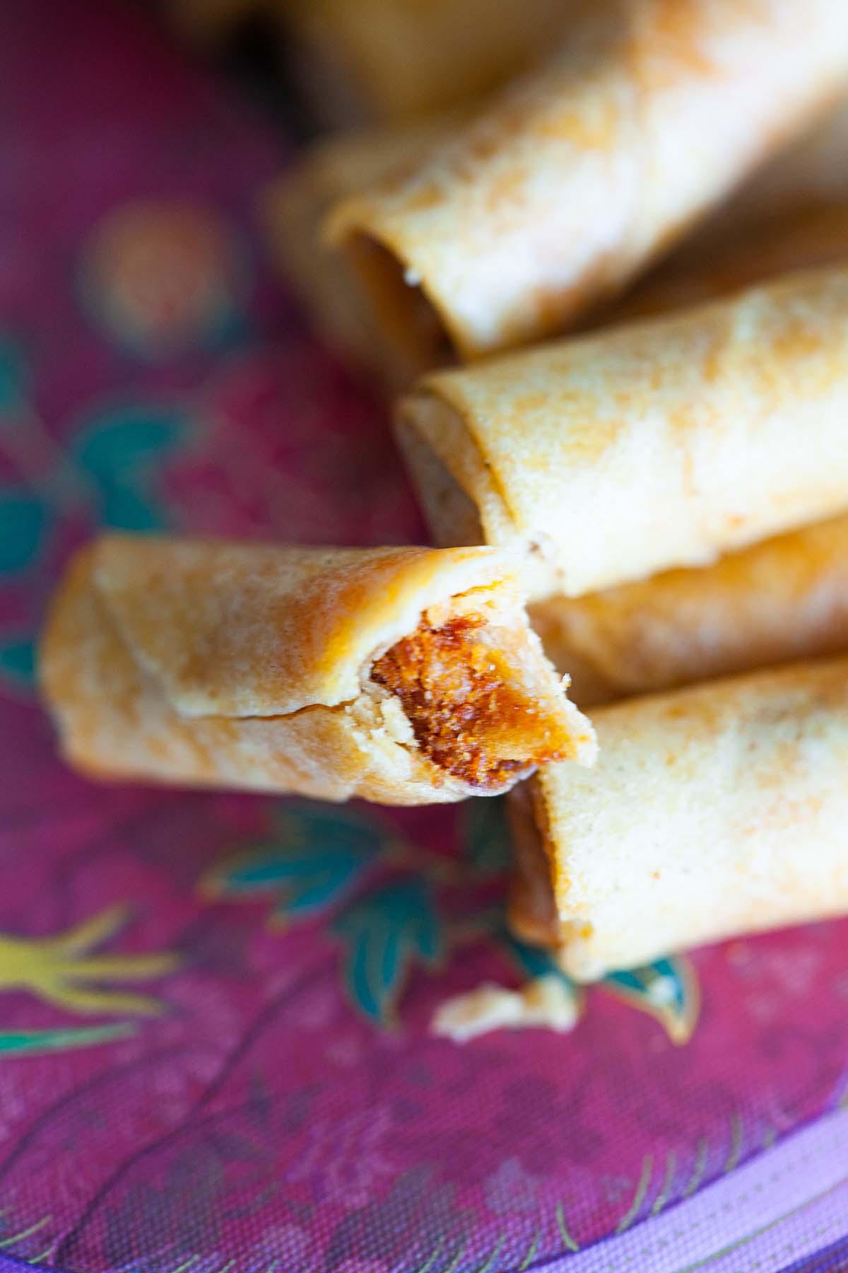 Nouvel an lunaire chinois de la soie de poulet croustillante rouleaux de printemps collations servies dans une assiette.