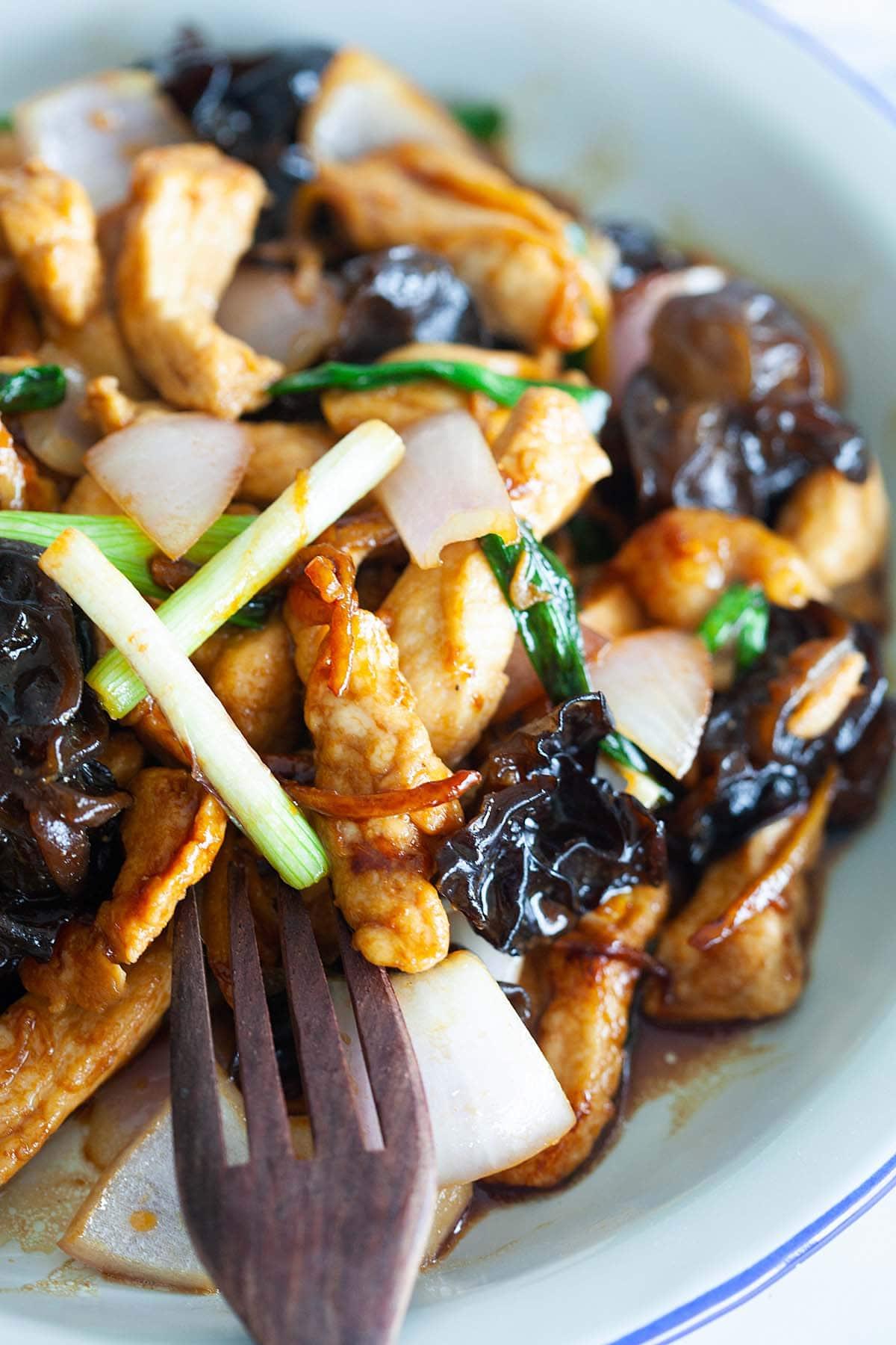 le poulet sauté au champignon noir et au gingembre absorbe les saveurs de la sauce aux huîtres.