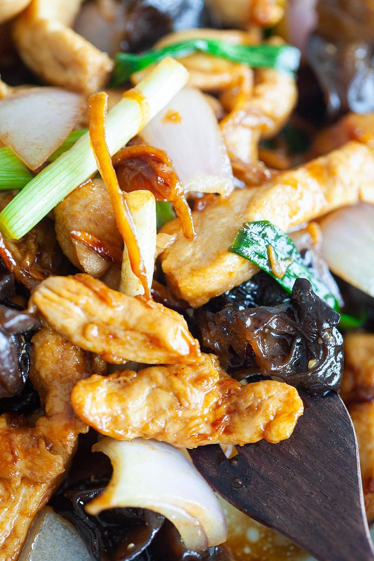 faire sauter le poulet avec le champignon noir et le gingembre, prêt à servir.