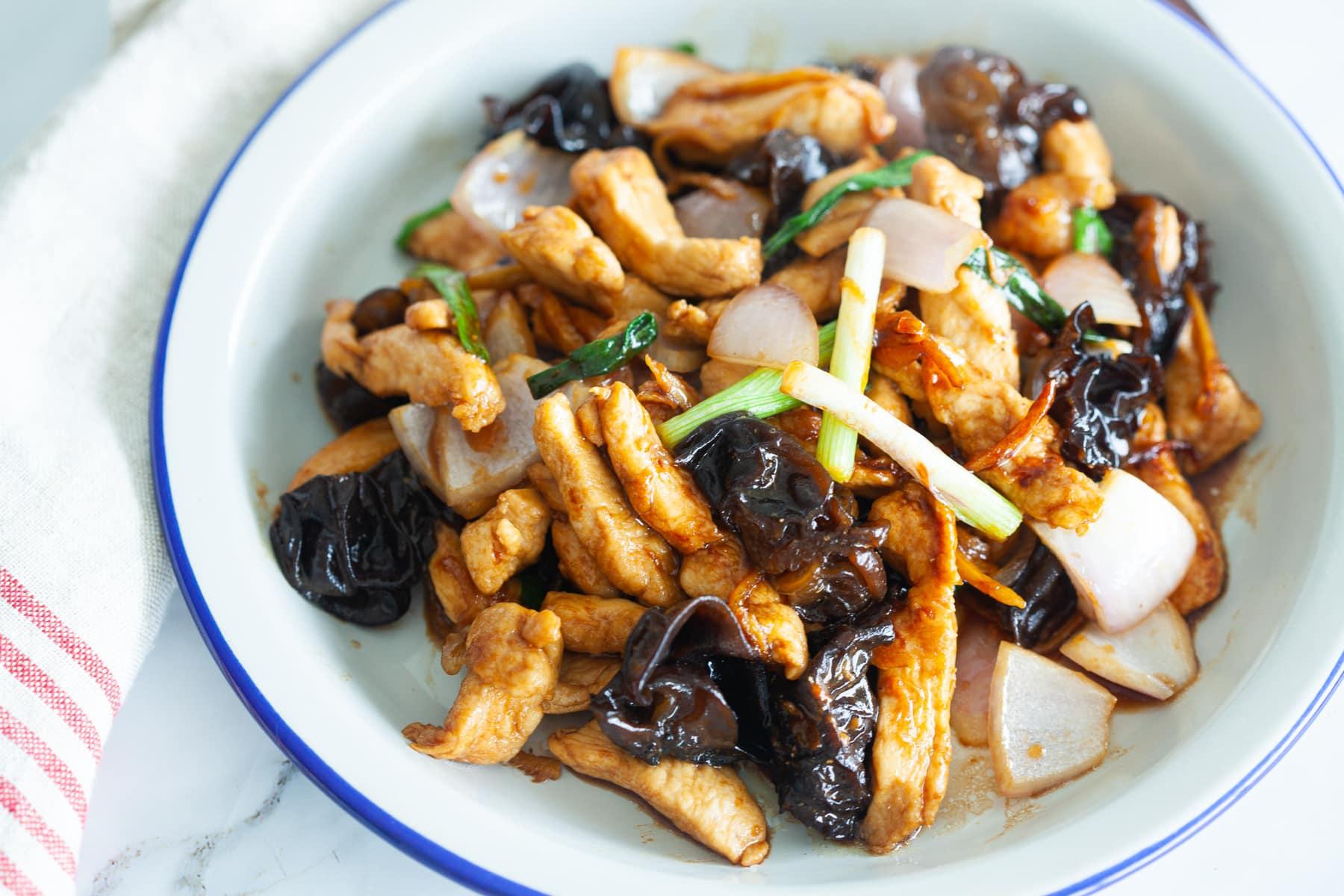 Poulet au gingembre et aux champignons noirs
