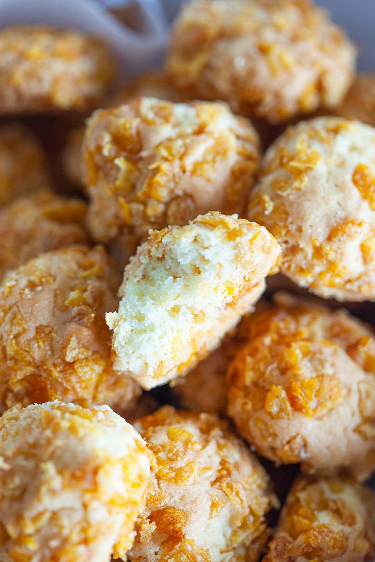Biscuits riches en beurre roulés avec des cornflakes croquants.