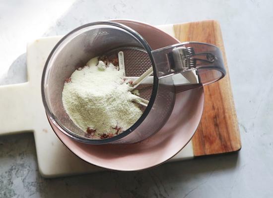 ajouter le sucre, la poudre de coco
