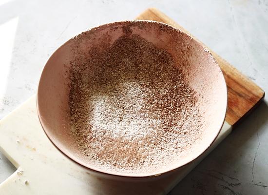 tamis à chocolat maison dans un bol
