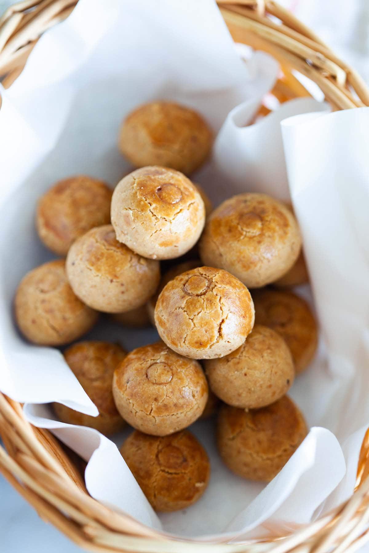 Biscuits aux arachides dans un panier.