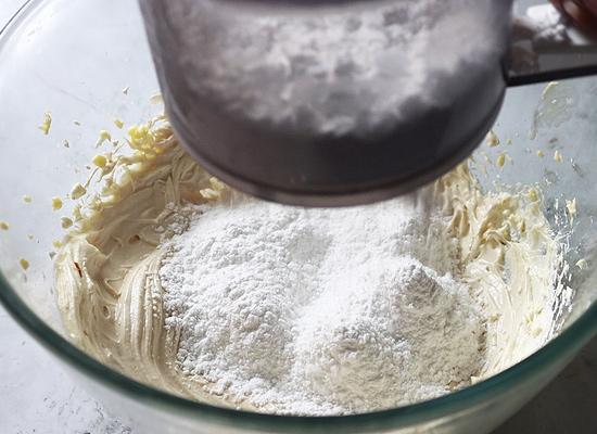 Recette de cupcakes de velours rouge sans œufs, tamiser le sucre glace et l'ajouter