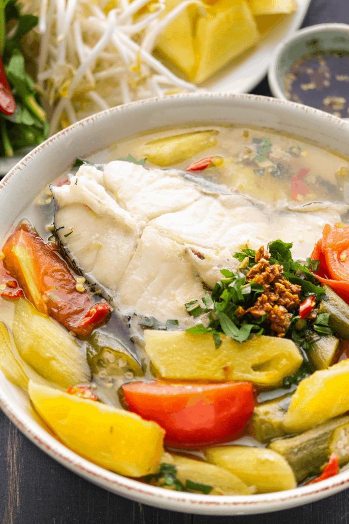 Soupe aigre vietnamienne dans un bol.