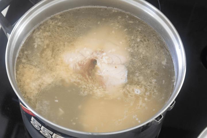 Steaks de poisson dans une casserole d'eau assaisonnée.