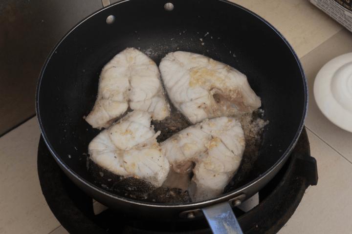 Steaks de poisson à l'huile dans un wok.