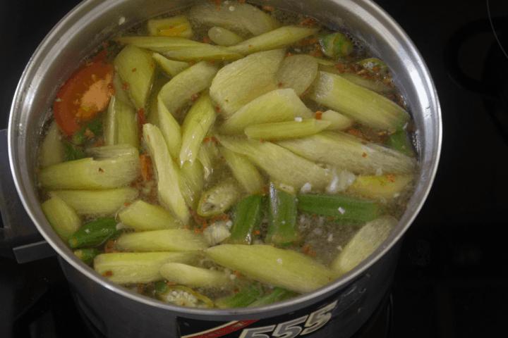 Soupe aigre vietnamienne dans une casserole.
