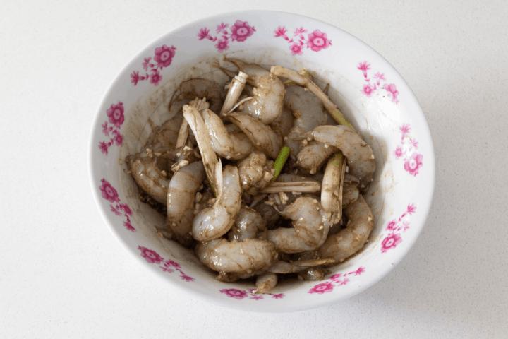 Crevettes dans un bol avec marinade.
