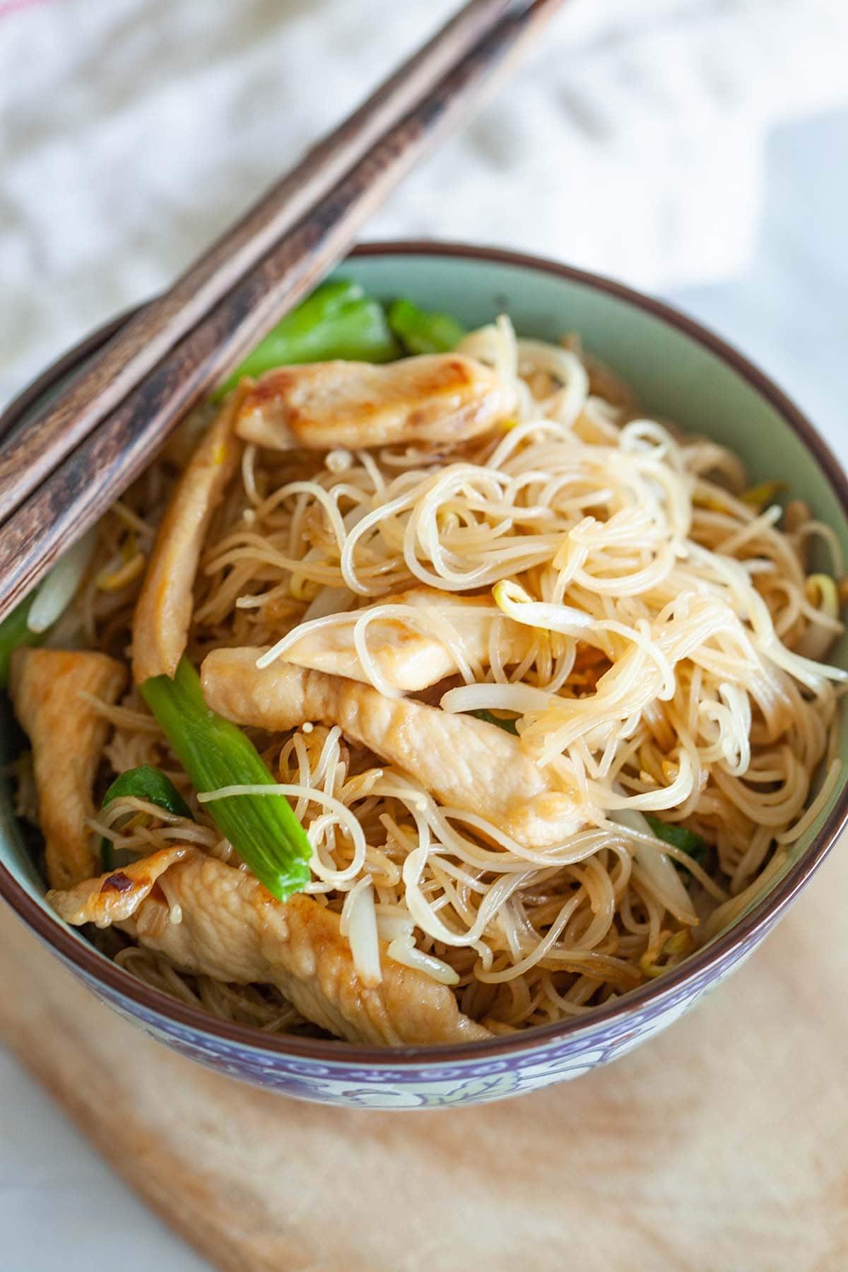 Nouilles de riz aux vermicelles servies dans un bol.