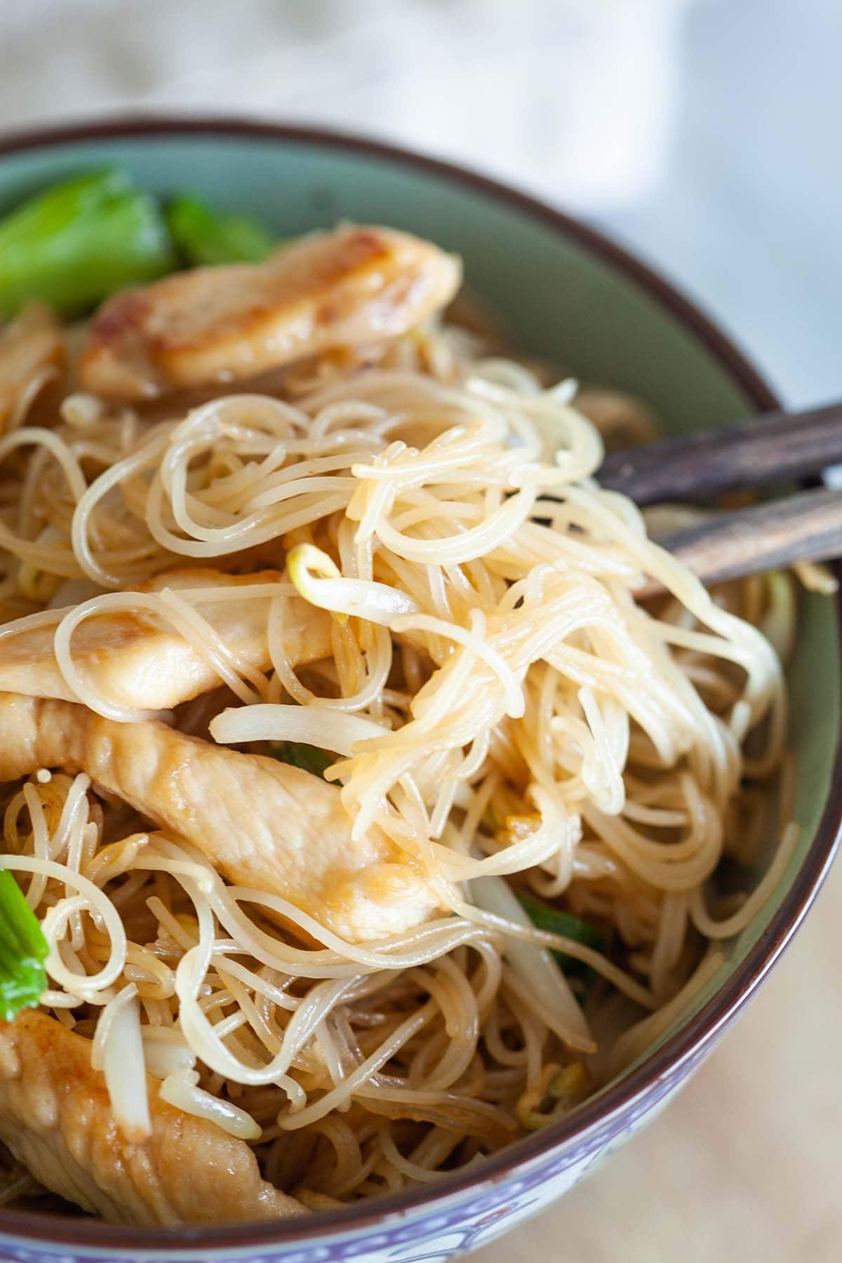 Vermicelles cuisinés avec du poulet et des légumes.