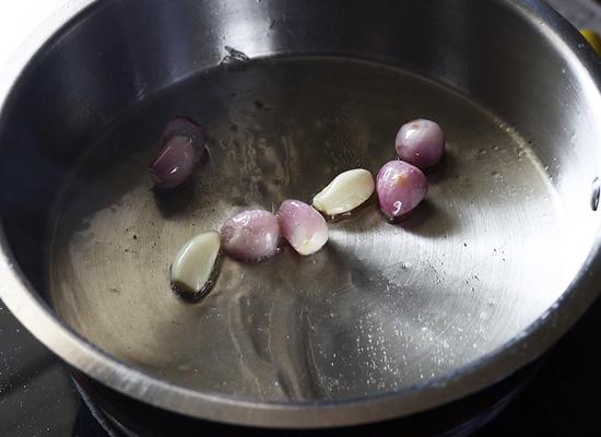 Recette de chutney aux tomates et aux arachides, ajoutez de l'ail, un petit oignon