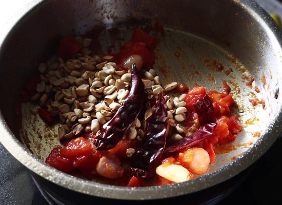 Recette de chutney aux tomates et aux arachides Ajouter des arachides grillées