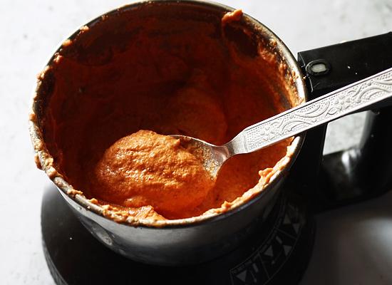 Recette de chutney aux tomates et aux arachides, ajouter de l'eau et moudre