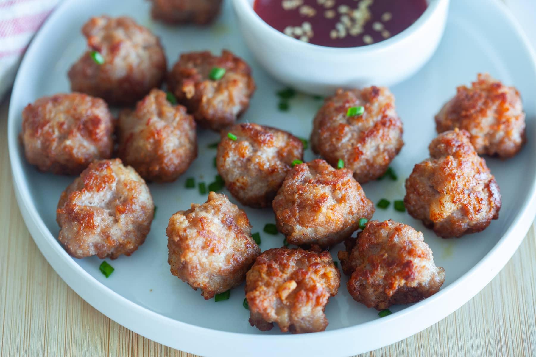 Boulettes de viande frites, prêtes à servir.