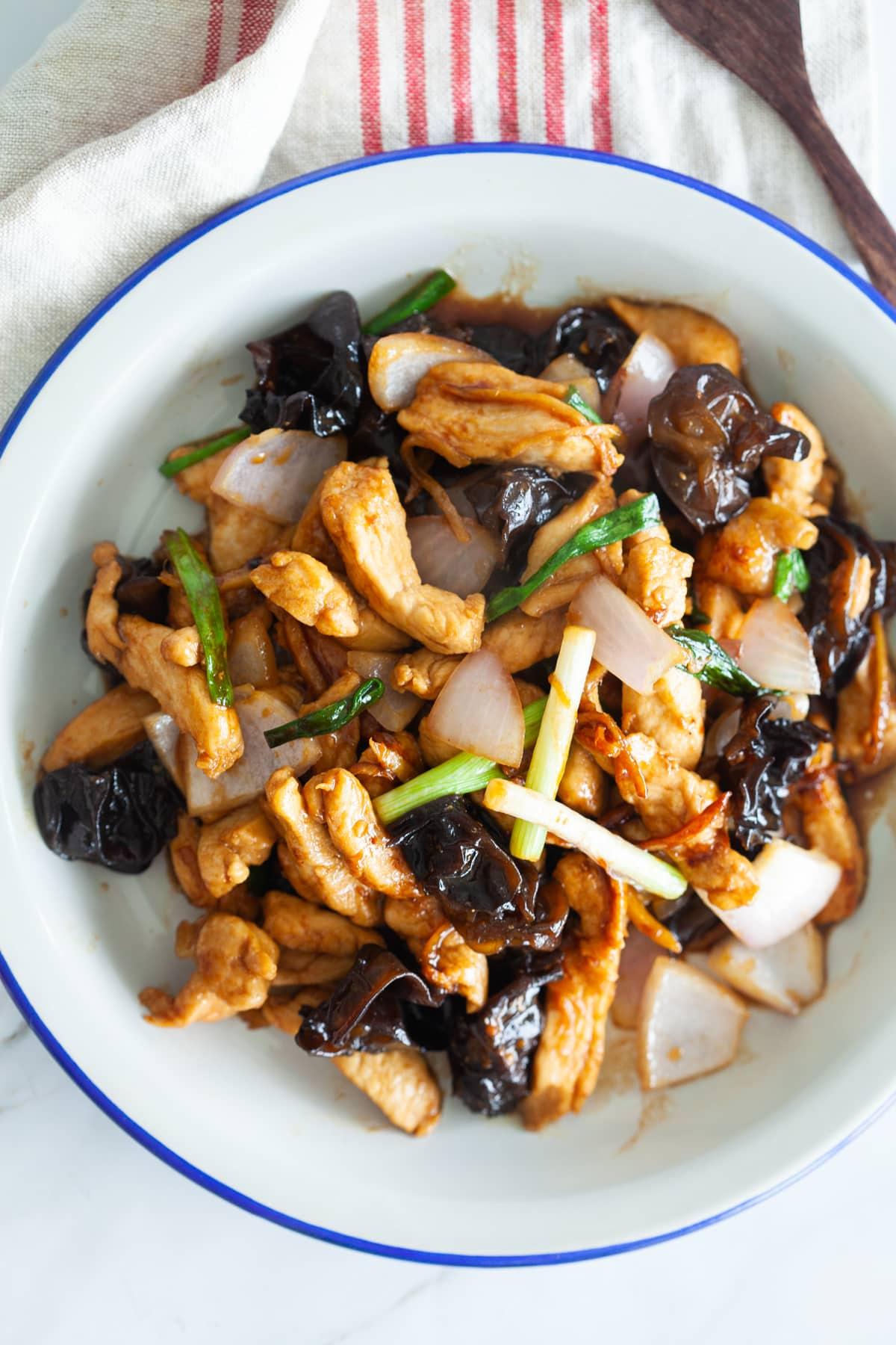 poulet au gingembre et aux champignons noirs.