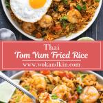 Tom Yum Fried Rice sur une assiette avec un œuf au plat dessus et un quartier de citron au-dessus d'une assiette de riz frit avec une cuillère à soupe de riz.