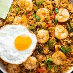 Tom Yum Fried Rice sur une assiette avec un