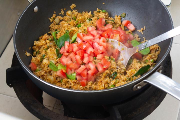 Tomates en dés dans un wok avec riz frit Tom Yum.