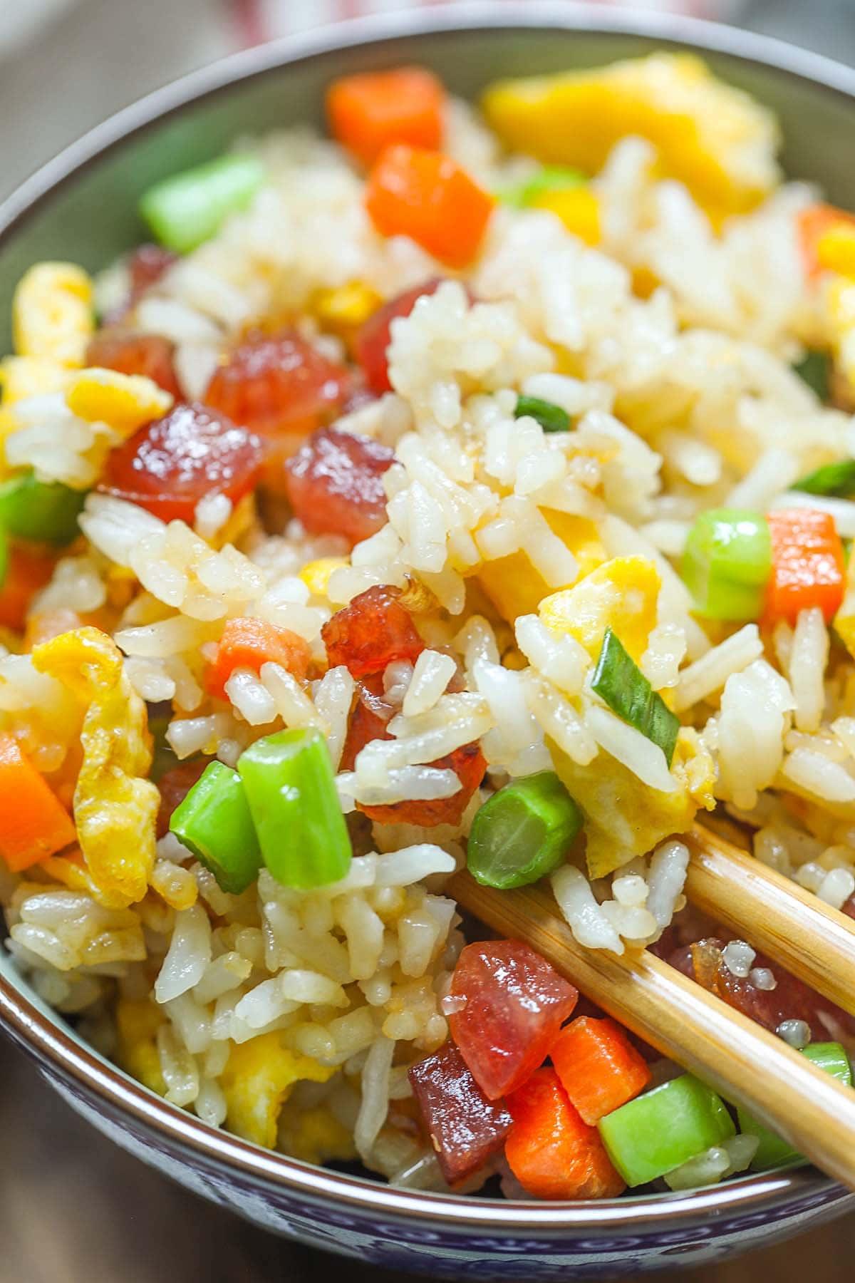 Riz frit chinois, prêt à servir.