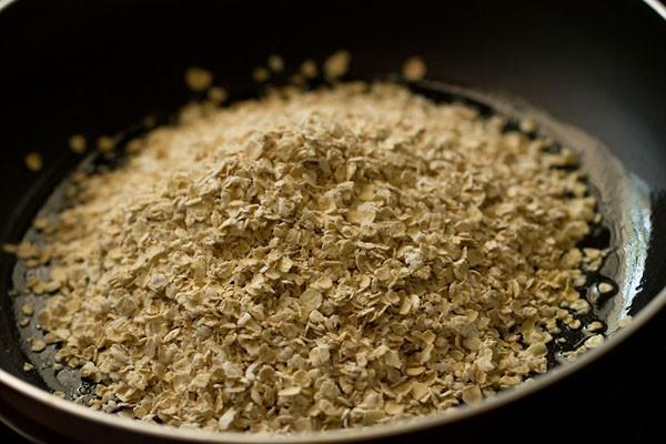 rôtir l'avoine dans une casserole pour l'avoine recette upma
