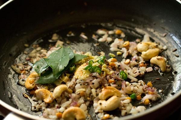 gingembre, piments verts et feuilles de curry dans une casserole