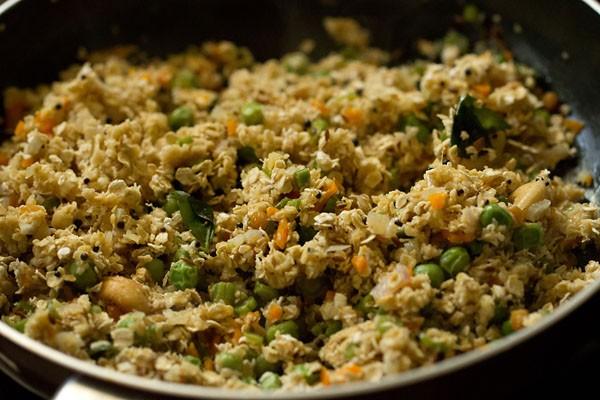 mélange d'avoine et de légumes cuisson dans une casserole
