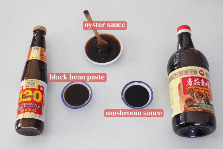 Plats de sauce aux huîtres, pâte de haricots noirs, sauce aux champignons et leurs bouteilles correspondantes.