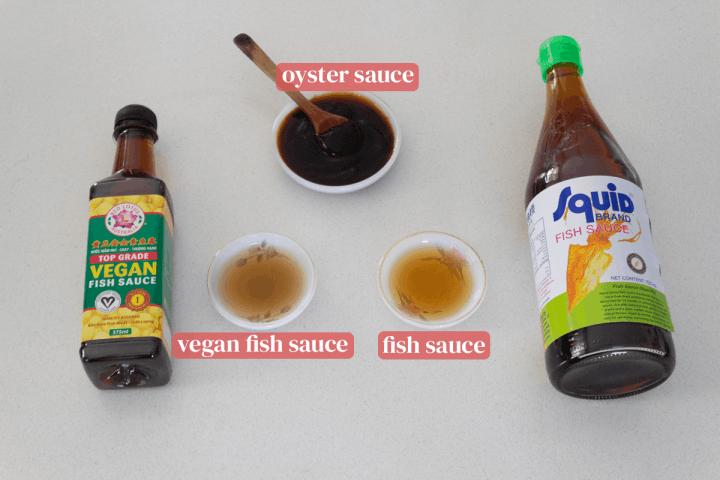 Sauce aux huîtres et sauce de poisson régulière et vegan dans les plats avec leurs bouteilles.