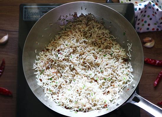 recette de riz frit au piment et à l'ail bien mélanger