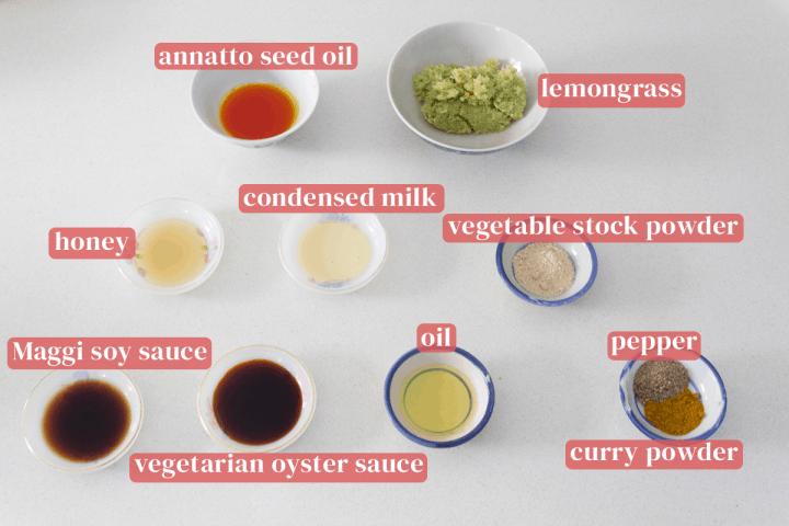 Plats d'huile de graines de rocou, citronnelle blizted, bouillon de légumes en poudre, lait condensé, huile, sauce soja, sauce aux huîtres végétarienne, poivre et curry en poudre.