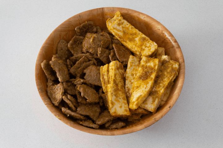 Protéine de soja et tofu marinés dans un bol.