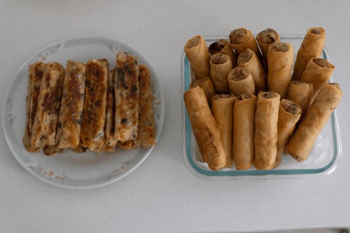 Rouleaux de printemps végétariens frits et crevettes de canne à sucre dans les plats.