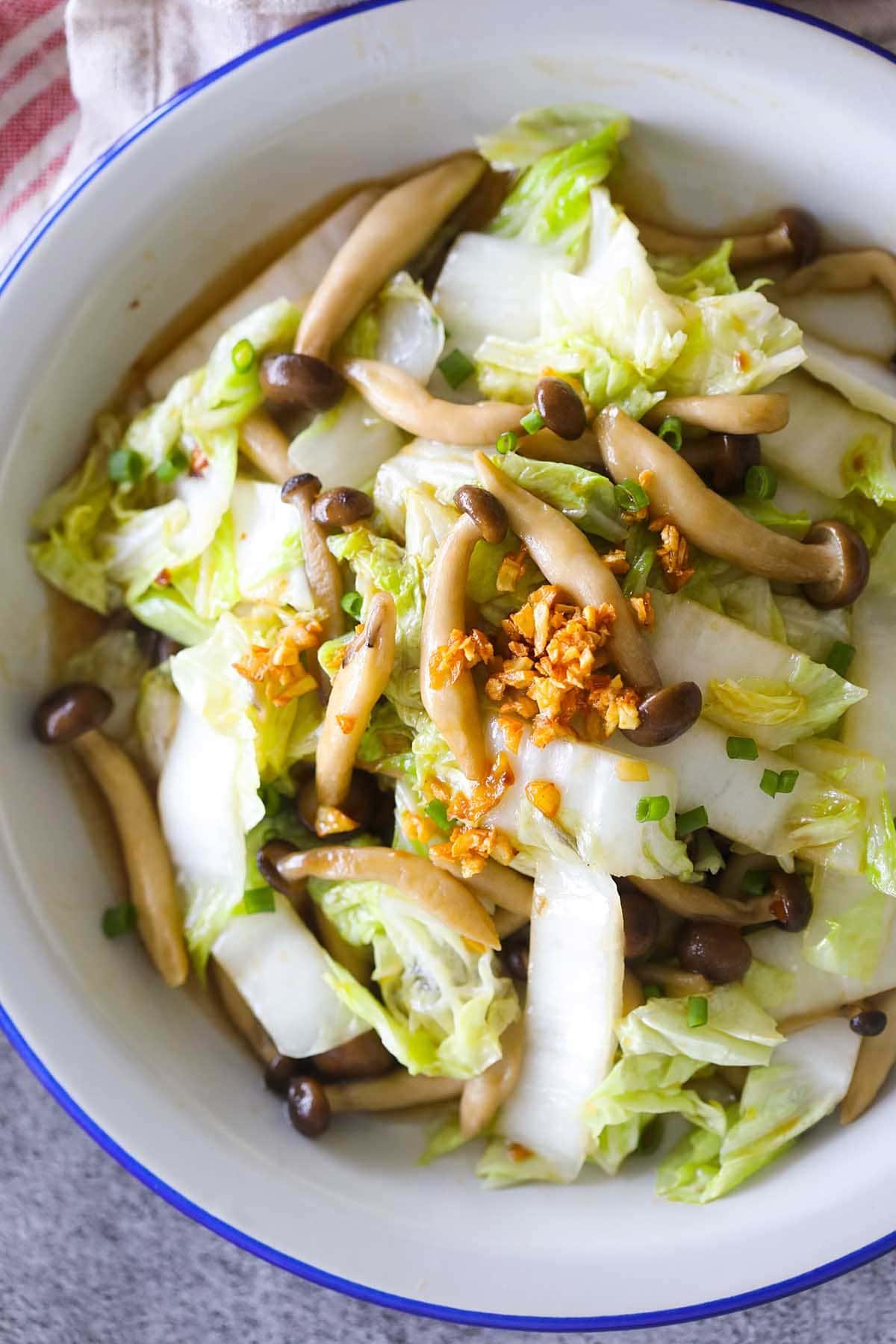 Sauté de chou chinois fait maison avec sauce aux champignons et aux huîtres.