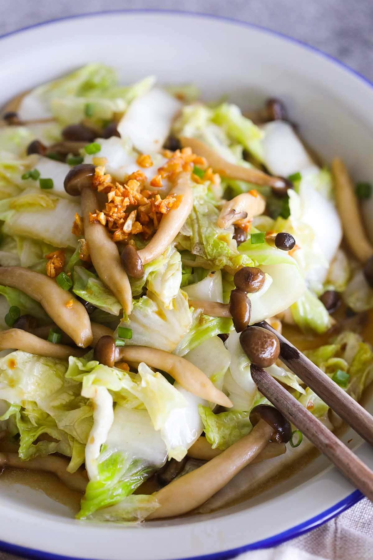 Sauté de chou Napa aux champignons sur une assiette.