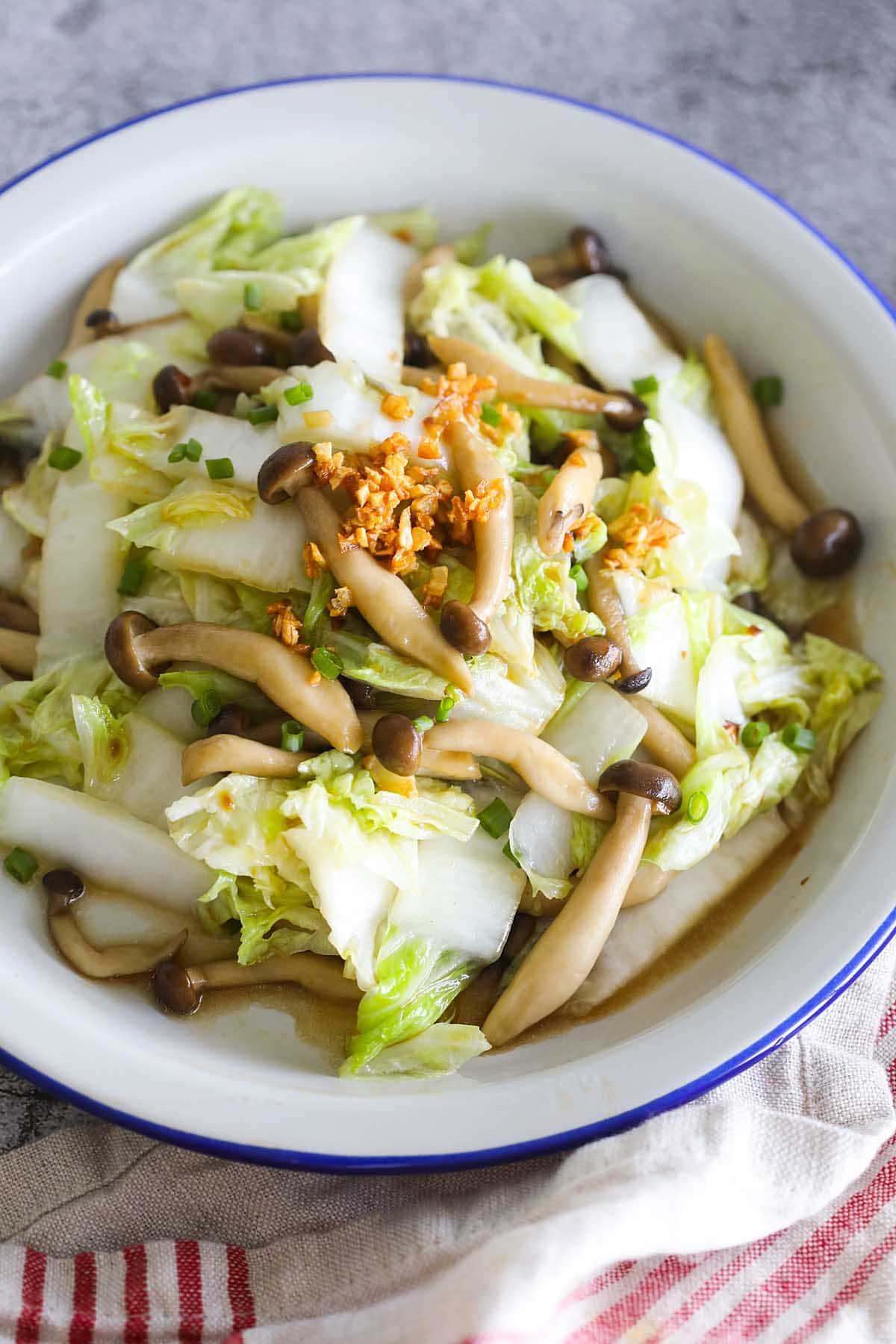Une des recettes de chou Napa les plus faciles est le sauté de chou Napa aux champignons.