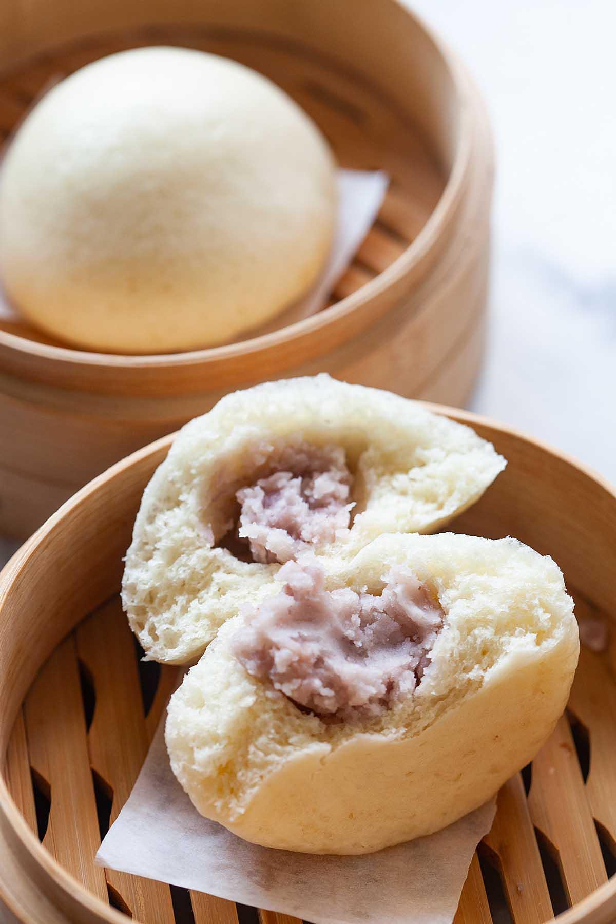 Petit pain de taro chinois avec de la pâte de taro à l'intérieur du pain.
