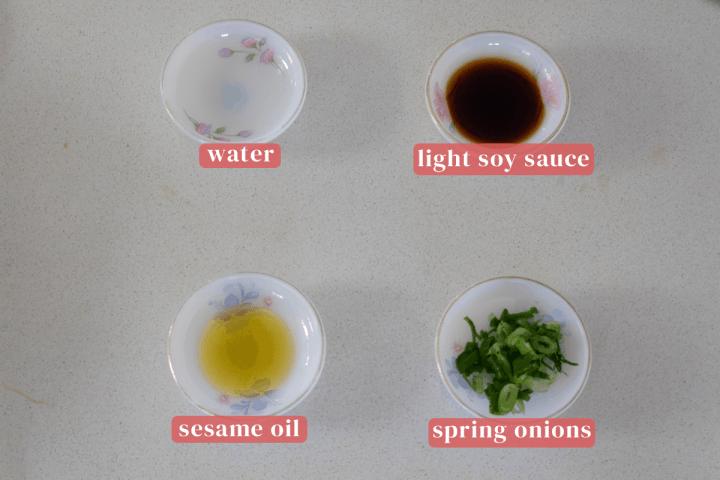 Plats d'eau, sauce soja légère, huile de sésame et oignons nouveaux hachés.