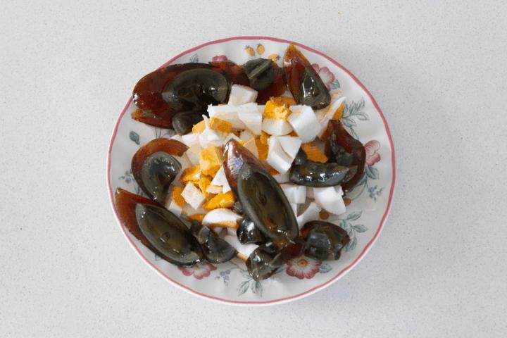 Siècle haché et oeufs de canard salés sur une assiette.