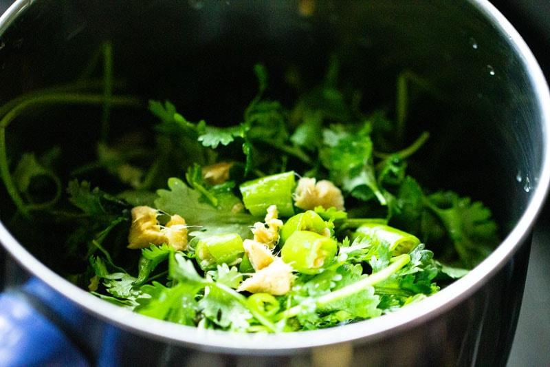 Feuilles hachées, ail et piment vert au mélangeur.