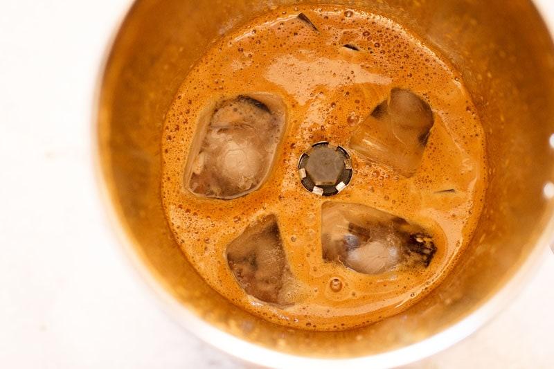 glaçons ajoutés à la concoction de café