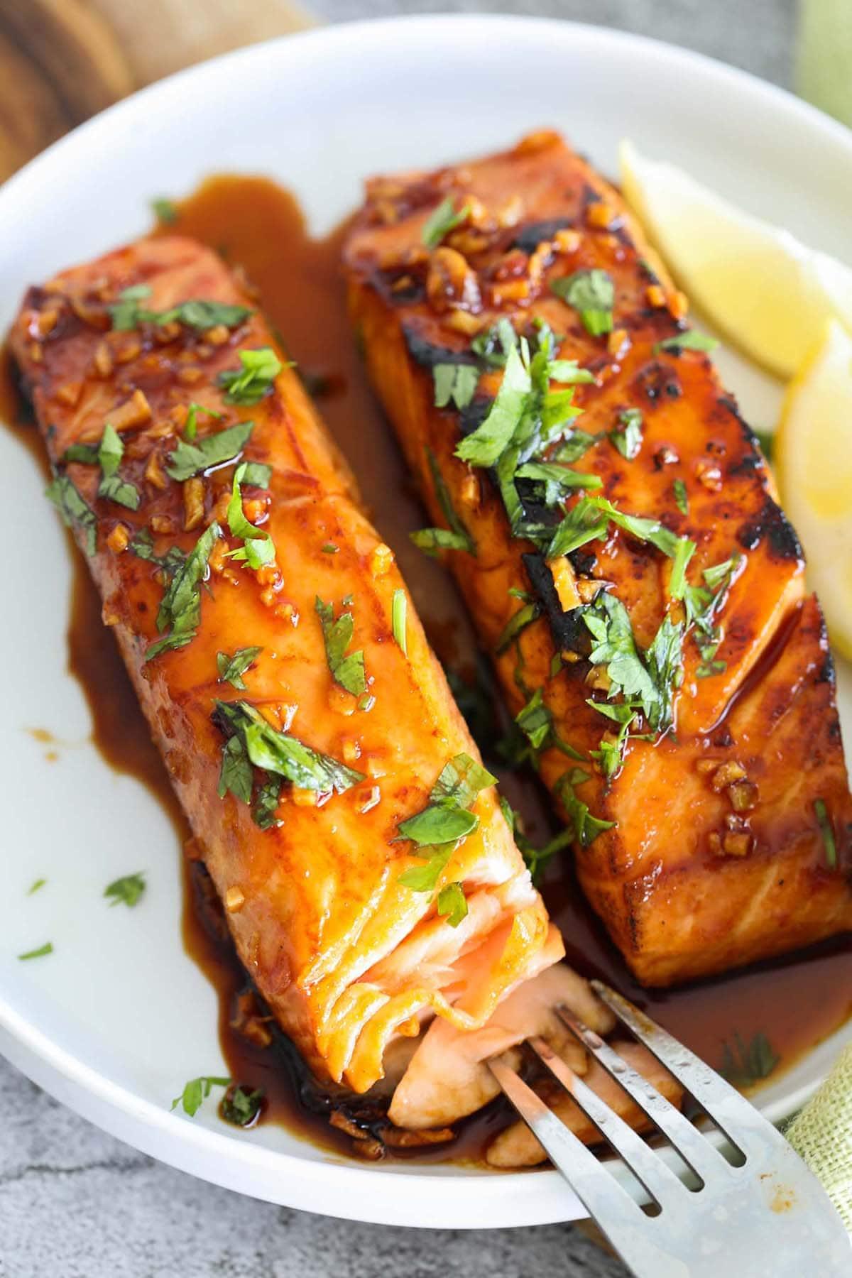 Recette de glaçage au saumon au miel, sriracha et saumon.