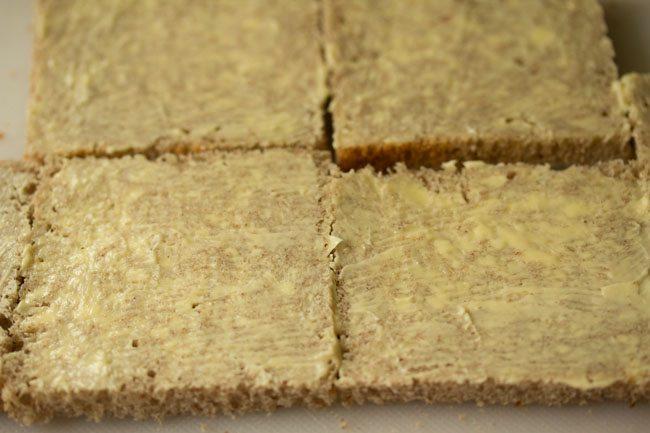 couche de beurre étalée sur des tranches de pain