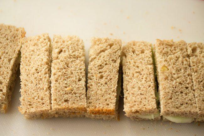 sandwich au concombre coupé en fines tranches rectangulaires