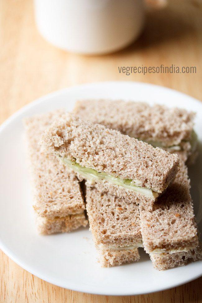 Gros plan de sandwichs au concombre sur une plaque blanche