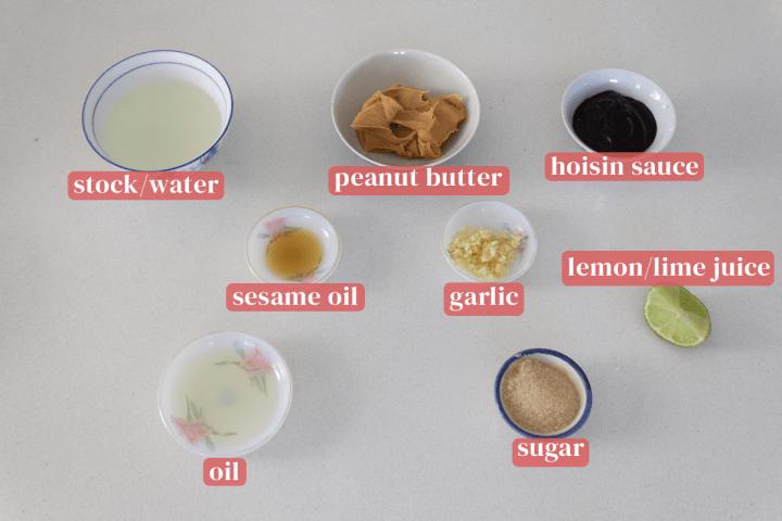 Plats de bouillon de poulet, beurre d'arachide, sauce hoisin, ail haché, huile de sésame, huile, sucre et un quartier de lime.